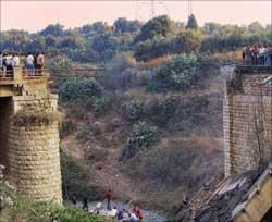 جسر عرقا الأثري بعد قصفه (أ ف ب)