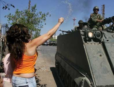 مواطنة لبنانية تنثر الأرز لدى دخول الجيش اللبناني بلدتها (أ ب)