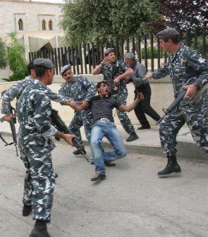 اعتقال متظاهر قرب سرايا الهرمل (رامي بليبل)