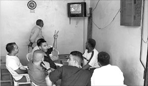 يتابعون الأخبار في أحد مقاهي طرابلس (نزيه الصدّيق)