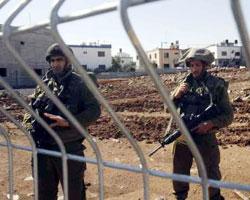 جنديان إسرائيليان خلف الأسلاك في الغجر (يونس زعتري)
