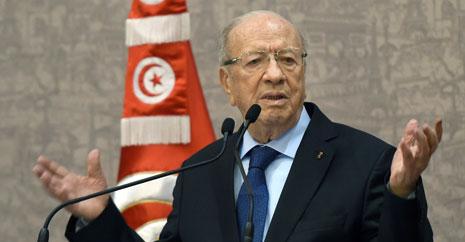 السبسي يتحدث في مؤتمر صحافي في تونس العاصمة أمس (أ ف ب)