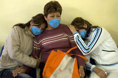 عائلة مكسيكية تنتظر الفحص في أحد المراكز الطبيّة أمس (جورج دان لوبيز ــ رويترز)