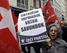خلال تظاهرة تركية ضد الاعتراف بالابادة (أ ب)