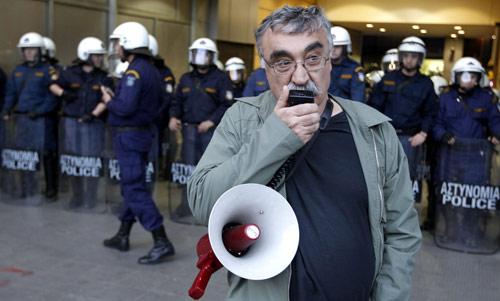 ماذا سيفعل عمال أثينا في عيدهم غداً؟ (يورغوس كارهاليس - رويترز)