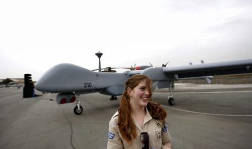 مجنّدة إسرائيلية أمام الطائرة الجديدة (آرييل شاليط ــ أ ب)