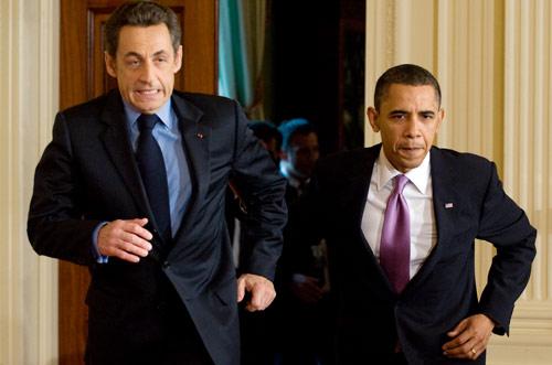 اوباما مهرولاً مع نظيره الفرنسي أمس للحاق بالمؤتمر الصحافي المشترك (صول لوب ـــ أ ف ب)